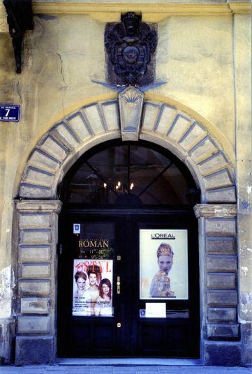 Salon Roman entrance